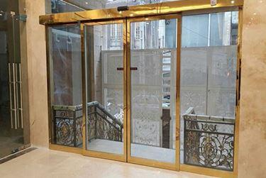 ورود و خروج با درب اتوماتیک شیشه ای